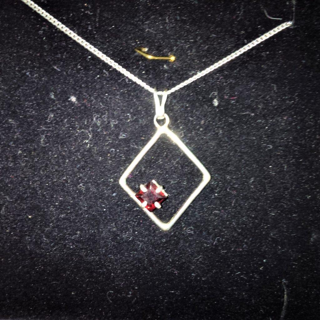 Pendentif Losange Grenat argent les bijoux de mel artisan bijoutier joaillier sur mesure