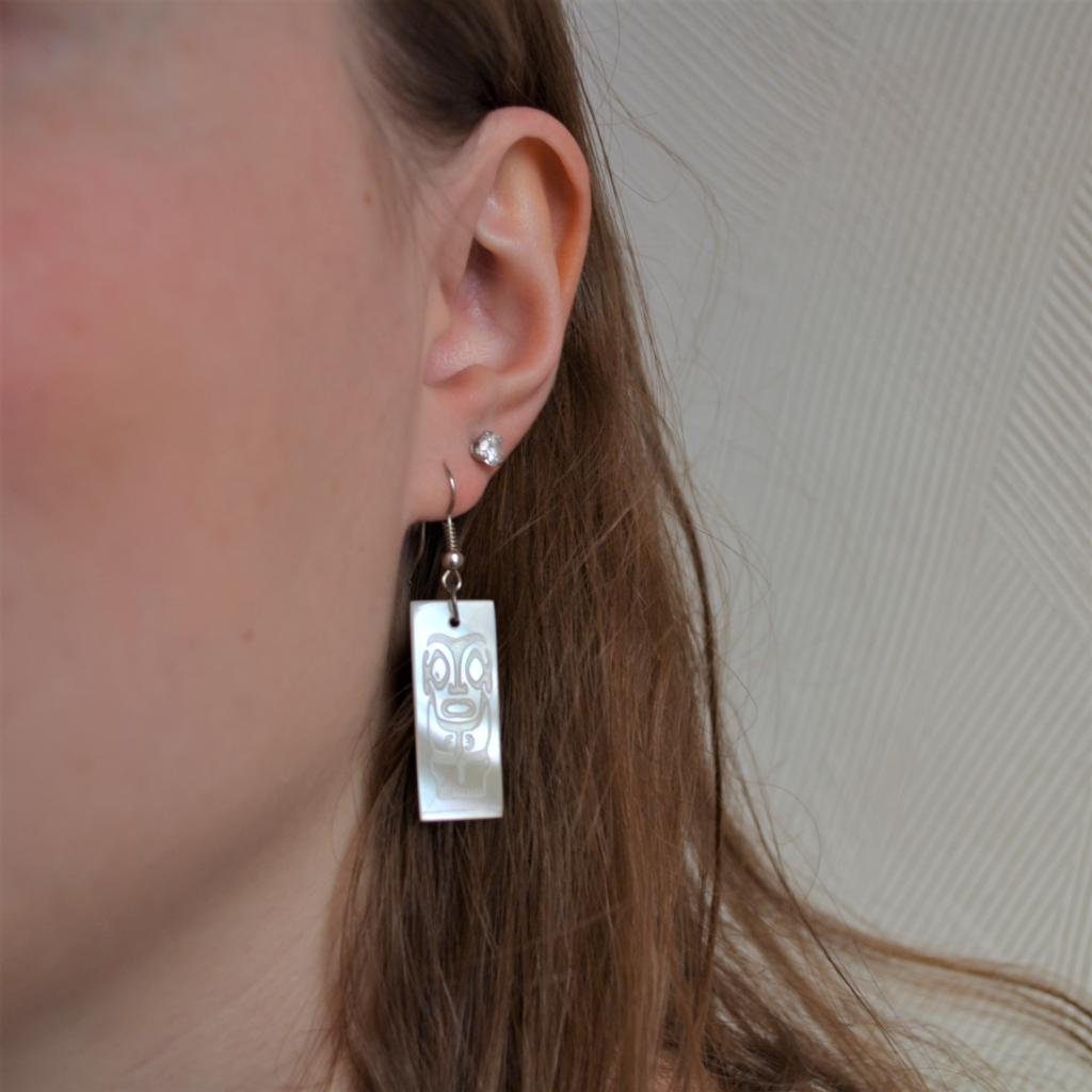 Fantaisie-Boucles d'oreilles -Nacre rectangle gravé tikki -les bijoux de mel artisan bijoutier joaillier création sur mesure