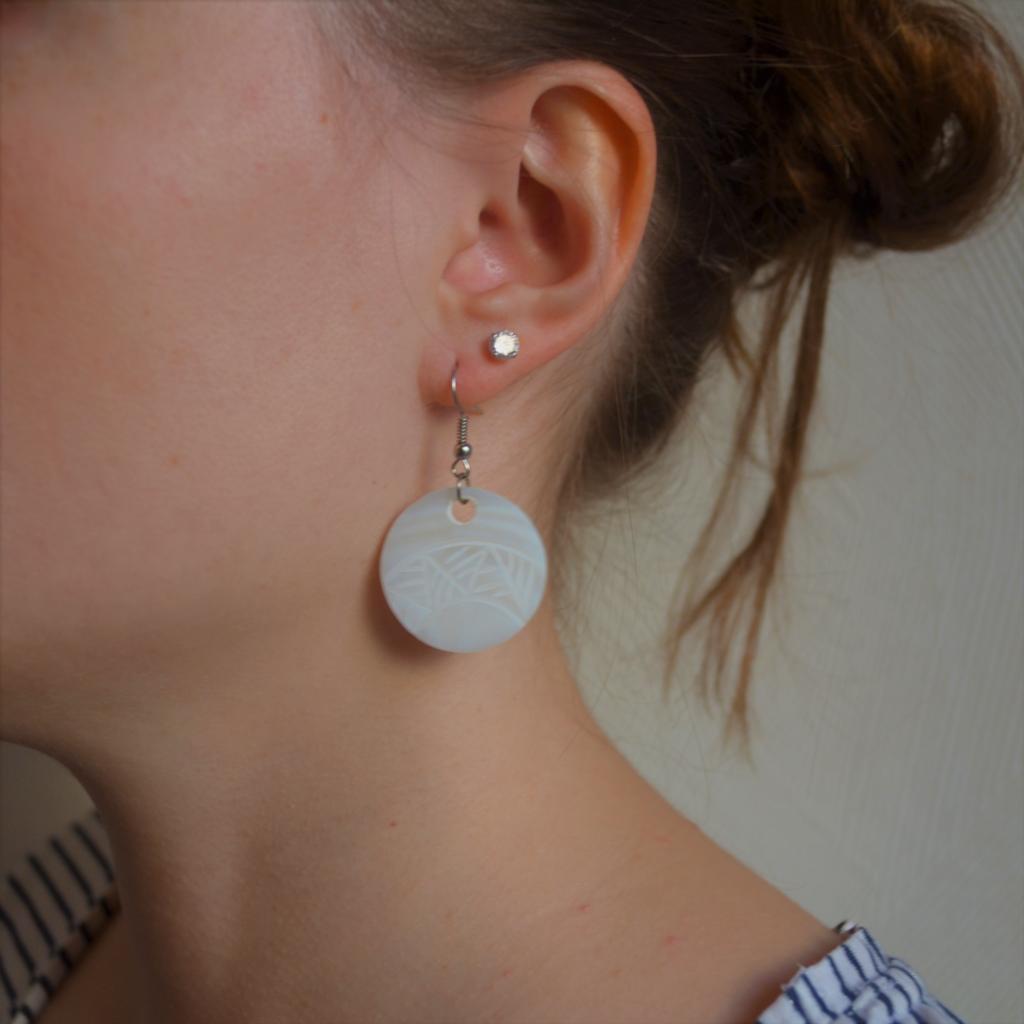 Fantaisie-Boucles d'oreilles -Nacre ronde gravée jungle - les bijoux de mel artisan bijoutier joaillier création sur mesure